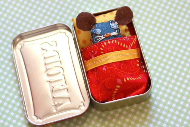 Like Mother, Like Daughter: Handmade toddler gift: Mouse in a Tin!