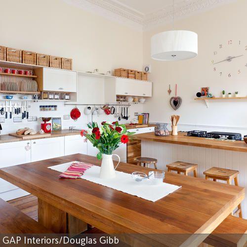 Die Esszimmergarnitur Aus Massiver Eiche Bildet Den Einladenden Mittel  Und  Treffpunkt Der Küche. Die