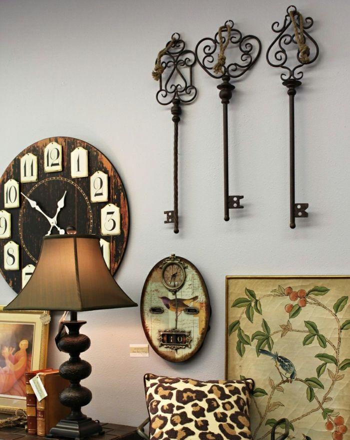 salones rusticos, accesorios decoracion, reloj de pared, llaves y lámpara