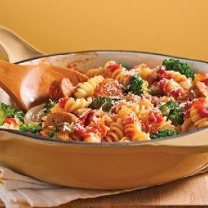 Un repas toujours gagnant auprès des enfants : pâtes et saucisses. Rapide à préparer et idéal pour les lunchs!-----------Fusillis aux saucisses et brocoli