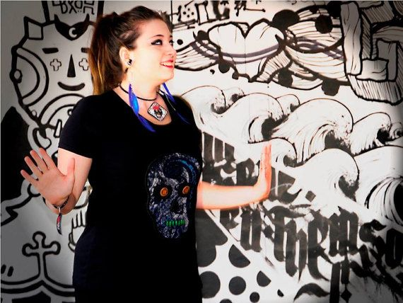Women short sleeve T-shirt with a skull motif snake sample in it. Fashion: Short sleeve V-neck Color: Black Sample: Skull Pattern color: Blue,black and white Accessories: Wooden buttons , wooden beads and black lace T-shirt material: Cotton  Exact dimensions:  -Size: L  -length(measured from shoulder): 65 cm (26 inch)  -width(measured at breast): 47 cm (18,5 inch)  40 degrees(inside out) washable (friendly washing)