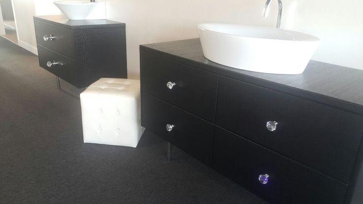 B a d m e u b e l s | Ook kunnen wij bij Home Around Design & Inspiration Centre, een badmeubel speciaal voor u op maat laten maken. Hierbij kunt u kiezen voor uw eigen afmetingen en wat voor stoffering u mooi vind. Laat u vrijblijvend adviseren over de vele mogelijkheden die wij u te bieden hebben! #uniek #maatwerk #badkamer #stoffering #design #showroom #Ypenburg #HomeAround