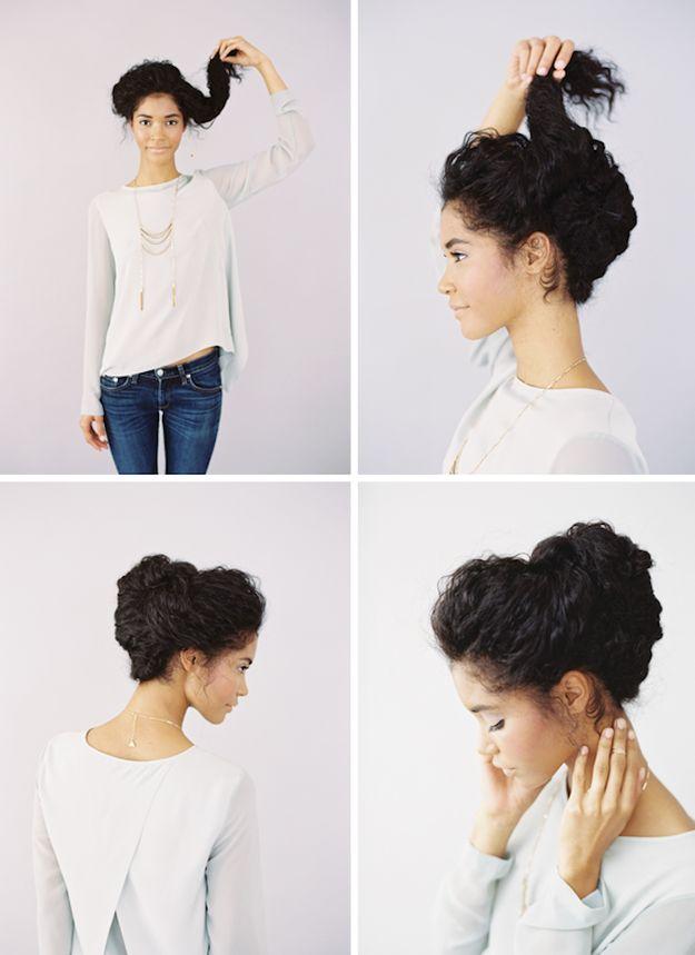 Separa el cabello en cuatro secciones y sujétalo con ganchitos.   21 Peinados que puedes hacer en menos de cinco minutos