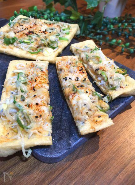 ピザ生地がなくても〜! 大判の油揚げを使って和風ピザにしあげました。 具材はシンプルにジャコとネギ。 ソースになめらか自慢ねりごま(白)の風味をたっぷり〜 チーズをかけて焼くだけの簡単レシピ 濃厚、芳醇な胡麻の風味がシラスとチーズの塩味と絶妙なマリアージュ。ネギと一味の風味が更にバックアップ! こんな味わい方があったのか?と驚きの大発見です
