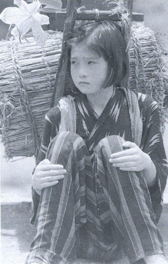 """戦前~戦後のレトロ写真さんのツイート: """"1943年(昭和18年)。戦時下の燃料不足で、木炭の積極的な使用が推奨されました。一部国民学校の生徒達も、重労働の木炭運びに駆り出されていました。写真は山から運ぶ途中で疲れ、座り込んでいる女の子(埼玉)。 https://t.co/Sys4D0t1Uk"""""""