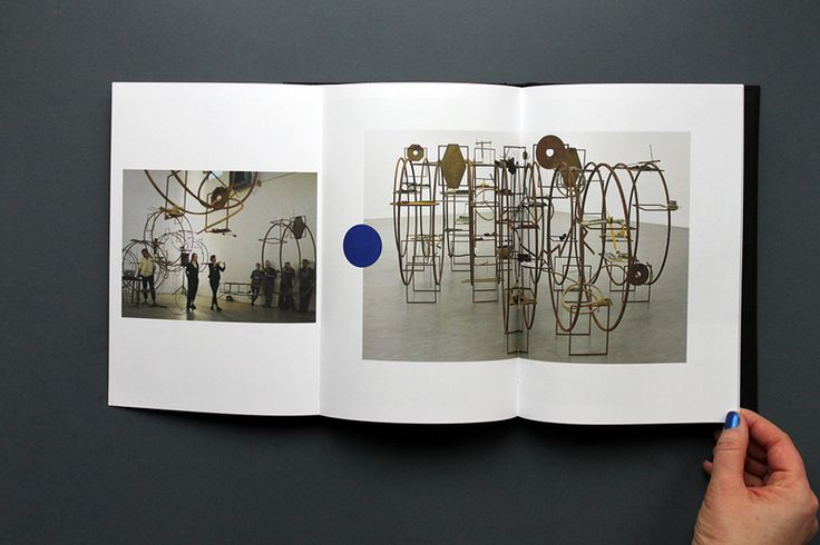 TURBA TURBO   为Iza Tarasewicz创作的艺术品 - 雕塑家,平面艺术家和表演者。  这本书是TURBA TURBO作品的一个视觉故事,从第一个概念和灵感开始,通过草图和精确的项目,在Zachęta - 国家美术馆,当代艺术中心Toruń,Kostka画廊,Meetfactory在布拉格和Incerteza Viva - 32圣保罗Bienal 2016。  平面设计与概念:FontarteZachęta   - 华沙国家美术馆2016-17   本书被授予最美丽的波兰书籍比赛