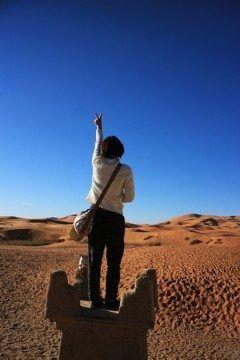 モロッコ砂漠のメルズーガでポーズを(笑)  ツアーの軍団員の卒業旅行の女の子に決めてもらった()v 青空と砂漠そして女の子 中々フォトジェニックやろぉ  是非旅行先では良い写真を撮ってね  http://ift.tt/2cDG3dI  #ツアーの仲間 #フォトジェニック #砂漠 #モロッコ #メルズーガ #海外旅行 tags[海外]