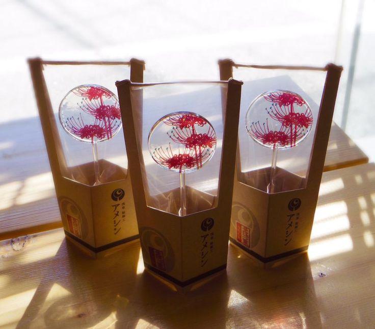 うちわ飴の秋の特別な柄は「曼珠沙華」です。 お彼岸の頃に一面に群生する曼珠沙華をイメージした柄となっております。 ぜひソラマチ店で実物をご覧になってください。