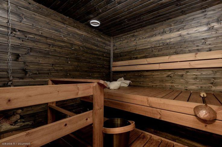 Tässä on koti, johon ihastut kävellessäsi sisään. Ylellisen avara olohuone ja keittiö yllättävät sinut arvokkuudellaan.  Olohuoneesta pääset suoraan takapihan terassille, jossa voit nauttia portailla