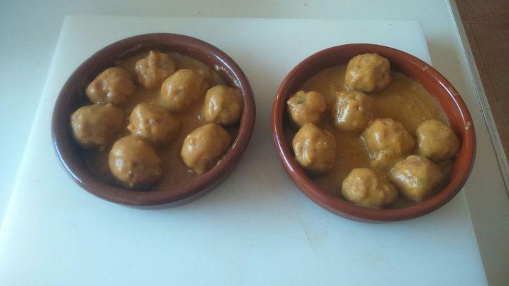 Albóndigas de humus y lentejas reducidas al vino con salsa de almendras