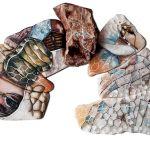 Mar Gasca pinta sobre piedras; les presta su pintura para expresar y contar sus historias. Ella encuentra una fascinación por las formas orgánicas.