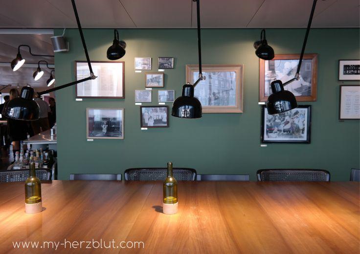 großer Esstisch und wunderschöne Wand im Küchenatelier Hiltl Zürich