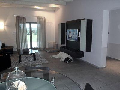 Televizní stěna v obývací části je ze dřeva wenge.