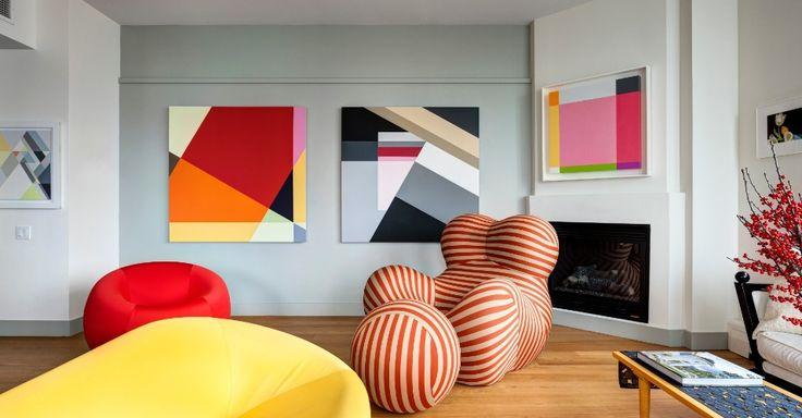 """No apartamento do arquiteto Allan Greenberg, as pinturas abstratas assinadas por sua mulher, Judith Seligson, decoram a sala de estar. """"A única paixão que Judy e eu temos em comum é a arte moderna"""", diz Greenberg"""