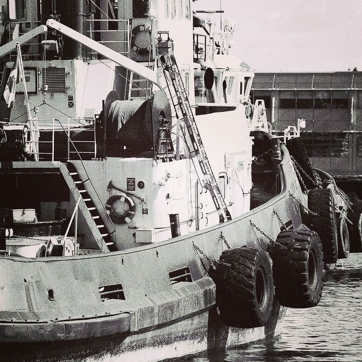 Moderne größere Hafenschlepper entwickeln bei Motorleistungen von 2.000 kW ca. (2700 PS) bis 4.000 kW ca. (5400 PS)  [50 Golf VII 12 TSI] einen Pfahlzug von 20 bis 80 Tonnen. #Hafen #Hamburg #Bruegge #Gent #Antwerpen #hafenrundfahrt #hafenklang #hafencity #leuchtfeuer #elbe #sterzing #admiral #marine #maritim #seemannsknoten #seemann #ahoi #anker #blue #schiff #schifffahrt #schiffsradar #seemannspullover