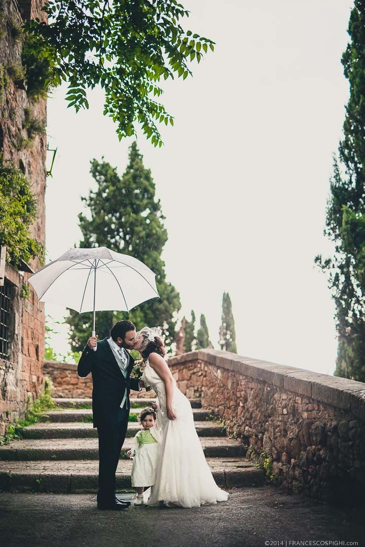 Tuscany Wedding Photographer   Italy   Val d'Orcia   Kiss   Kissing under the rain   Me and You  