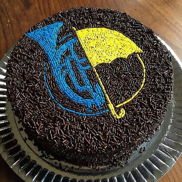 Alguém providencia um desses sem glúten e sem lactose por gentileza??  . .   #TimelineAcessivel #PraCegoVer  Imagem de um bolo de chocolate com confeitos de trompete azul e guarda chuva amarelo de How I Met Your Mother  como não amar??    #coxinhanerd #nerd #geek #geekstuff #geekart #nerdquote #geekquote #curiosidadesnerds #curiosidadesgeeks #coxinhanerd #coxinhaseries #series #seriados #viciadosemseries #dicadeserie #himym #howimetyourmother #tedmosby #robinscherbatsky