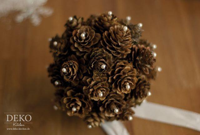 Aus Zapfen Kann Man Wunderschöne, Individuelle Weihnachtsanhänger Oder  Dekokugeln Basteln. Die Zapfen Können Dazu