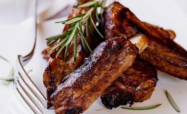 Prepare uma receita de costela com molho agridoce. A dica para o prato ficar bem saboroso é esperar um tempo para a carne pegar tempero. O tempo de preparo é de apenas 40 minutos. Veja também Dicas para temperar carne de churrasco para ficar macia e saborosa Receita de costela com fa