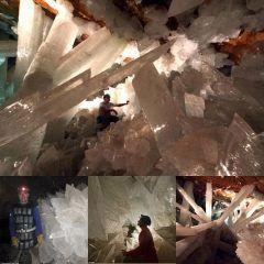 鉱石ファンなら一度は行ってみたい メキシコチワワ砂漠ナイカ山の地下300メートルに位置するクリスタル洞窟  洞窟全体が結晶に埋め尽くされており大きな結晶は長さ15メートルにも達します  大聖堂のような開けた場所もあり まさにダンジョンの世界  行ってみたいけれど洞窟内はかなり高温のようです  ちなみにこの洞窟内の結晶から 5万年前に囚われた超生物が発見されたそう  まだ論文も発表されるまえですがその生物は微生物と一部がウイルスの40種の株でなる生命体だそう  最も近い種であっても遺伝子的に10パーセントも異なるようで例えば一番近い親戚であっても人間とキノコのようにかけ離れているくらいの違いがあるようです  論文として何年先の発表になるかはわかりません  もしかしたらこの洞窟内の水を抜く際に紛れ込んだものかもしれませんが 未知の生物と言う言葉にはついつい惹かれてしまいます