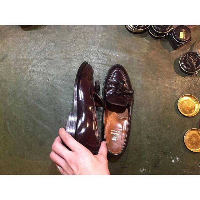 2017/06/15 20:58:38 kota.watanabe.shoes お疲れ様です。 @jun_ta.y さんのお預かりのモノ4足目👞 オールデン タッセルローファー NO.8 ご依頼ありがとうございました🙇🏻 ジュンさんがピッティウォモ来場者の外人さんのpicに写ってるとなんか…ワクワクしますね🤤✨ ・ ・ #nonfilter #alden #cordvan #オールデン #コードバン #lathershoes #革靴  #saphir  #thecream #靴磨き #靴みがき #鏡面仕上げ #鏡面磨き #shoeshine #shoecare #shoepolish #highshine #mirrorpolish  #静岡県 #富士市 #富士宮市 #ちゅる活 #広がれ靴磨き 👞✨ #足元倶楽部 #moustachemanshoeshine  #ムスタッシュマンシューシャイン 🕵🏻🕵🏻🕵🏻🕵🏻🕵🏻🕵🏻🕵🏻