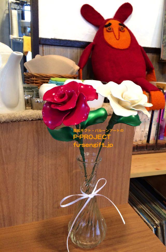 バルーンコサージュ 赤い薔薇