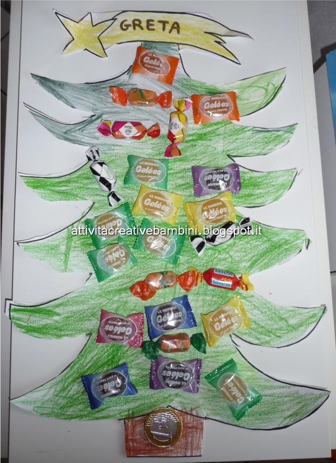 Albero di Natale con caramelle per l'avvento