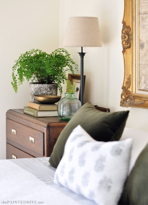 Gorgeous DIY farmhouse chic bedroom on a budget