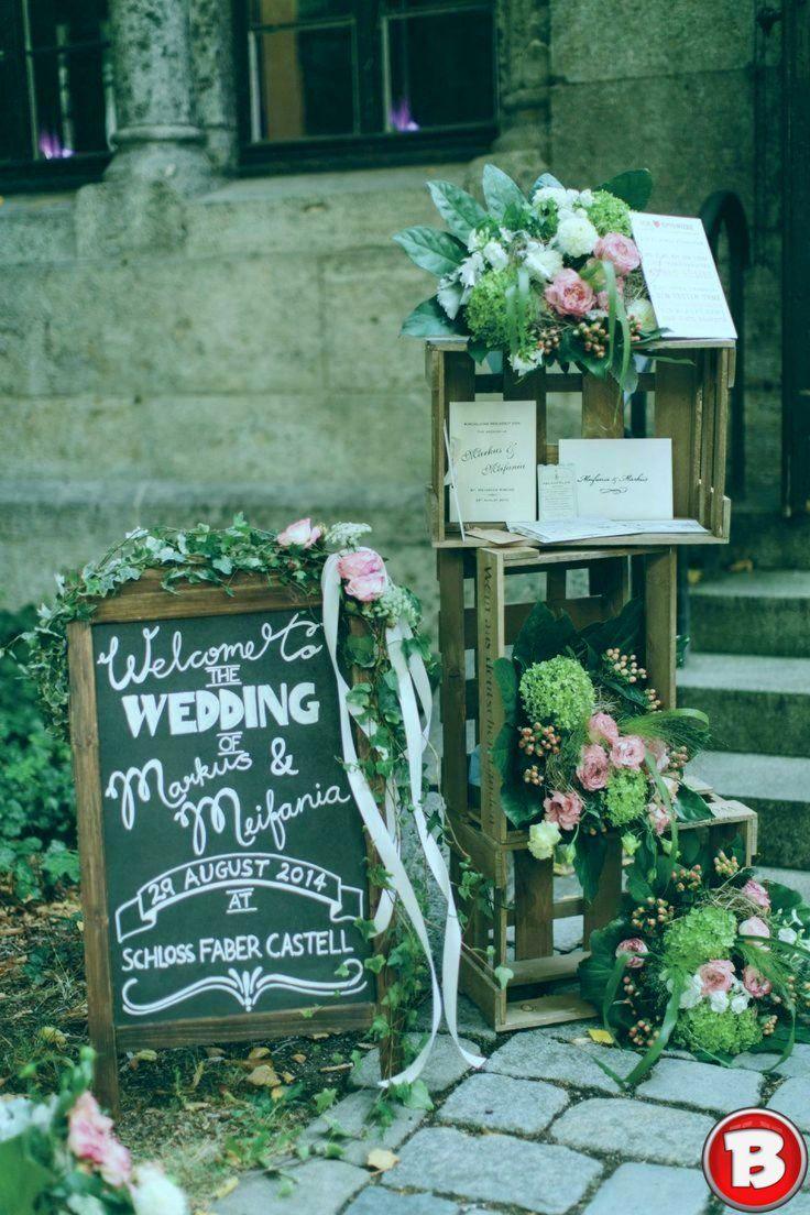 Rustikale Hochzetsdeko Mit Weinkisten Und Tafel Hochzetsdeko Mit Rustikale Tafel Und Weinkisten Dekoration Hochzeit Hochzeit Hochzeitsdekoration