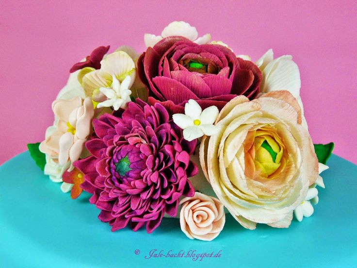 Ranunculus, Dahlia, Fillerflowers-a little cake-bouquet
