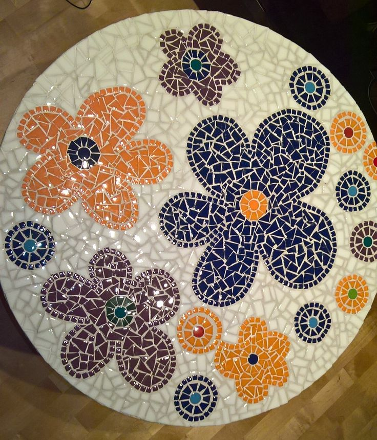 DIY mosaiikkipöytä, mosaic table. Vanhan puutarhapöydän tuunaus. Recycled garden table from my yard