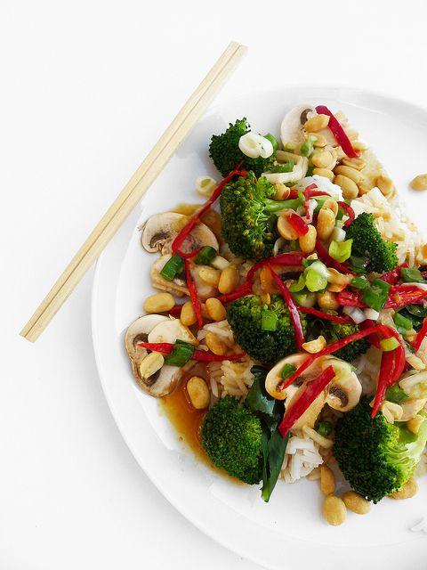 Riso thai con broccoli, champignon e arachidi al peperoncino e zenzero