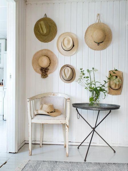 Sombreros de paja para decorar una pared. Foto, de Affari