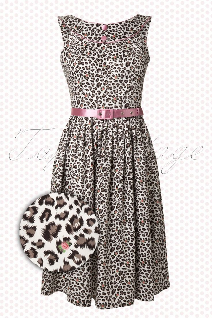 50s Leopard Dress White Pink van Vixen is een edgy jurkje in vintage vixen style!De pittige luipaardprint wordt opgesierd met een verrassende roze roosjes. Het jurkje heeft een typisch 50s ronde halslijn afgewerkt met een roze biesje en stofknoopjes. Schattig roze riempje. Vanaf de taille loopt de rok in vele plooitjes wijd uit tot onder de knie. De achterzijde van de jurk heeft een leuk opengewerkt speels detail. Uitgevoerd in een lichte katoen met een beetje stretch. Aan de zijkant sluit…