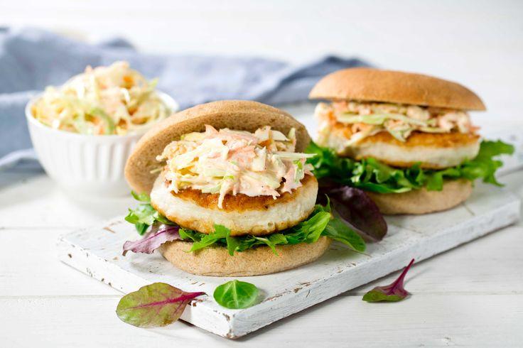 Dette er en rask og familievennlig hverdagsrett som smaker av helg. Burgeren serveres med coleslaw.