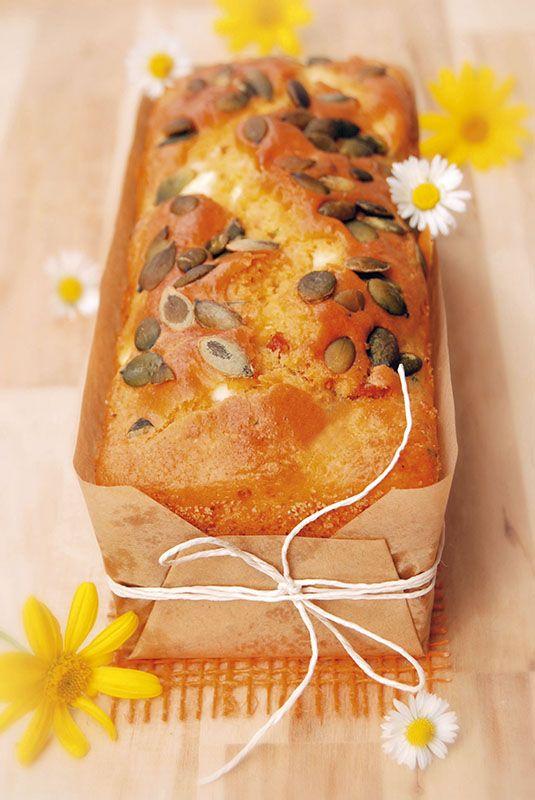 Questa gustosa e colorata ricetta trova spunto dalla feta, il tipico formaggio greco, compatto e molto saporito, che rappresenta l'ingrediente sfizioso di questa torta salata
