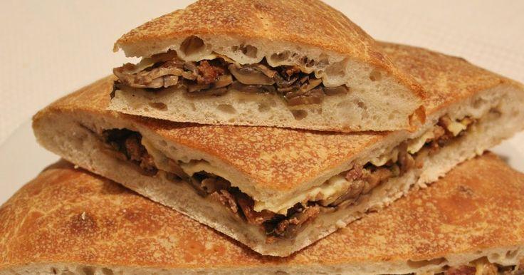 Le    ricette    di    Claudia  &   Andre : Focaccia con lievito madre, ripiena con salsiccia, funghi e formaggio