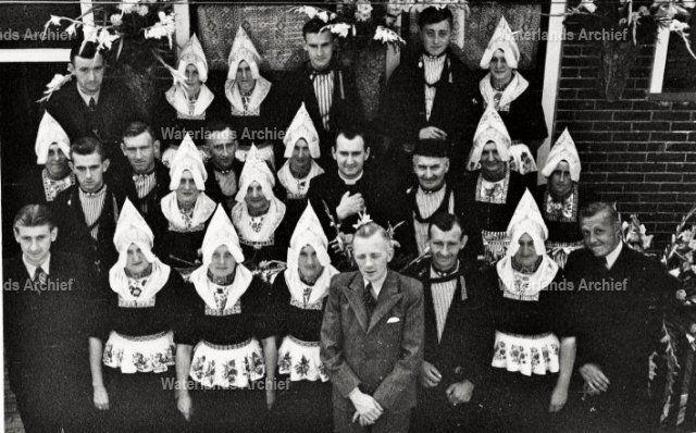 Kees Tol (1911-1970) is priester gewijd. Hier voor de ouderlijke woning met zijn ouders (Thames Tol, visventer 1880-1956 en Grietje Mol, 1885-1972), broers, zuster en aangetrouwd.  #NoordHolland #Volendam