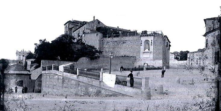 Cuesta de la Vega y hornacina de la Virgen de la Almudena antes de construirse la Catedral