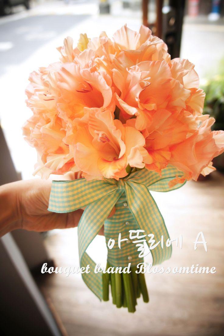 A bouquet of orange gladiolus (劍蘭)