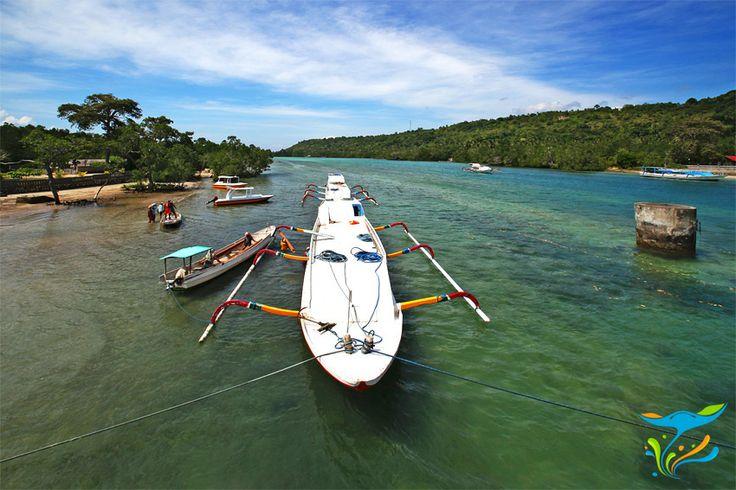 Selat yang memisahkan Nusa Lembongan dan Nusa Ceningan. Dangkal dan airnya sangat jernih sehingga dasar lautannya terlihat jelas.