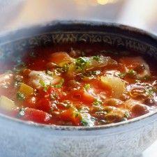 Harira, gekruide soep met bleekselderij en linzen. Past bij menu met mezze (salades), aubergine met kofta en toetje watermeloen