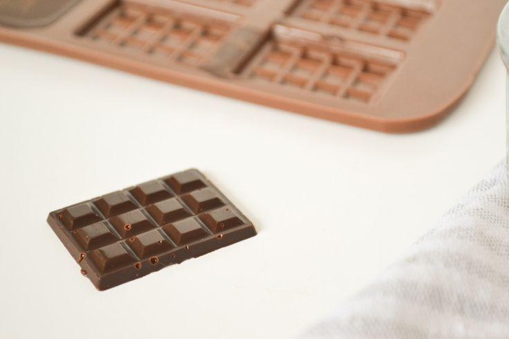 Zelf pure chocolade maken met pure ingrediënten. Cacaoboter, cacaopoeder en een middel om te zoeten. Ik gebruikte nu bijvoorbeeld biologische yacon siroop.