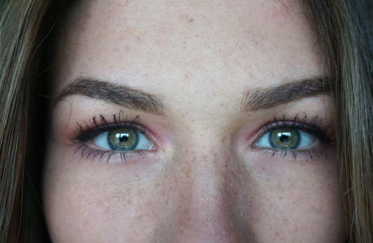 2 groene ogen met rode oogschaduw