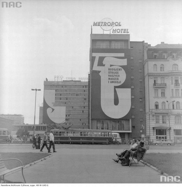 Dekoracje na Zlot Młodzieży Polskiej w Warszawie. Plakat na Hotelu Metropol