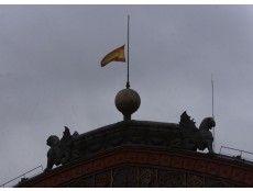 12/03/2004, MEDIA ASTA DE BANDERA EN ATOCHA, EL DÍA DESPUÉS DE LOS ATENTADOS CON BOMBA EN LOS TRENES DE MADRID. FOTO JAVIER PRIETO.