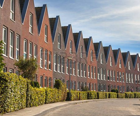 26219196-modern-street-with-terraced-real-estate-for-families-in-the-netherlands.jpg (450×375)