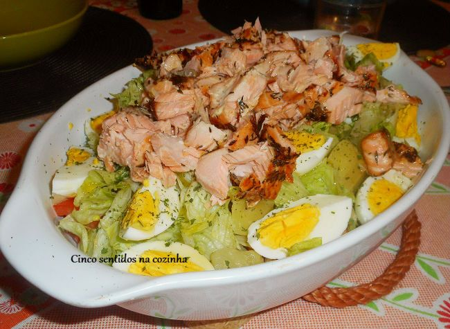 Cinco sentidos na cozinha: Salmão grelhado com salada de alface e batata