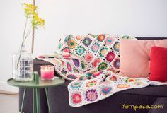 This colourful granny square blanket will cheer up any home interior! Get going with the free crochet pattern at our blog. Perfect for beginners!