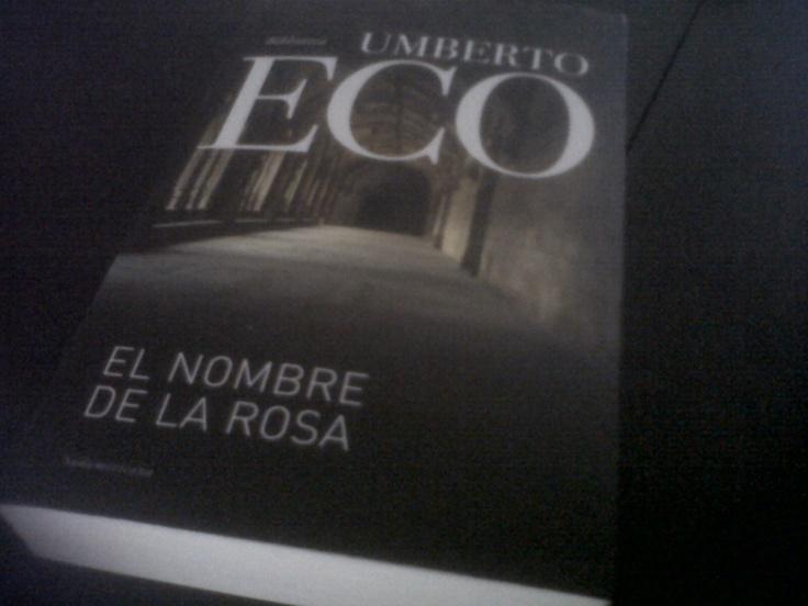 Leyendo El Nombre de la Rosa de Umberto Eco.